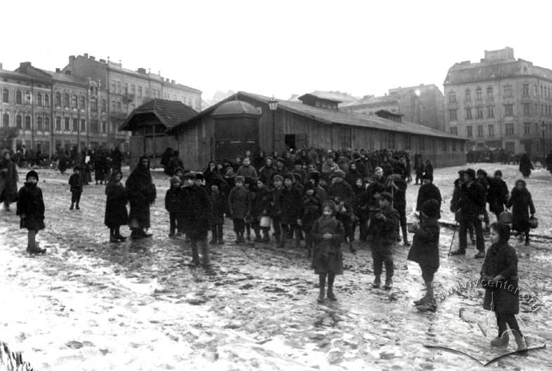 Отримання львівськими дітьми американської гуманітарної допомоги, 1918 р.
