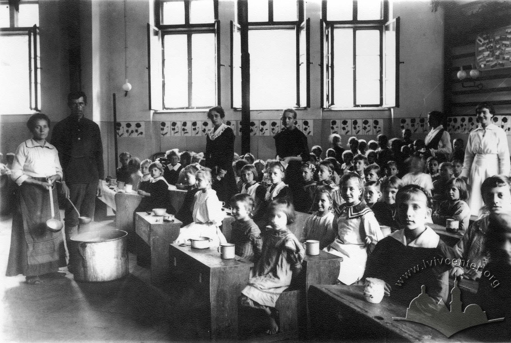 Обід у дитячому закладі, 1917-1918 рр.