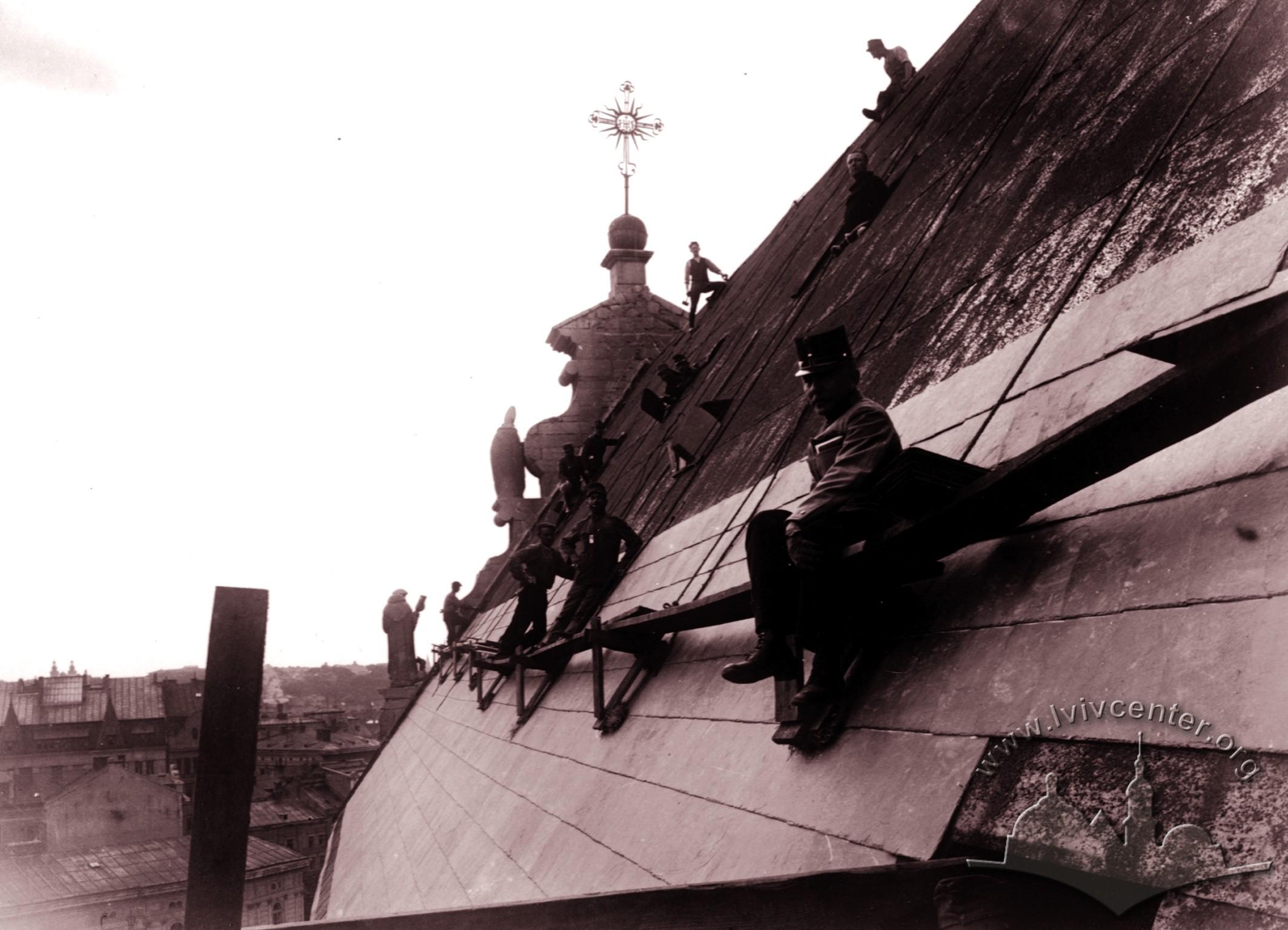 Зняття мідного даху з Бернардинського костелу, 1915 р.