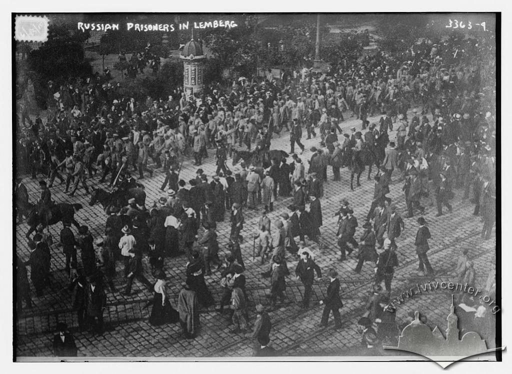 Авcтрійський літак на площі св. Духа (сучасна пл. Івана Підкови), 1916-1917 рр.