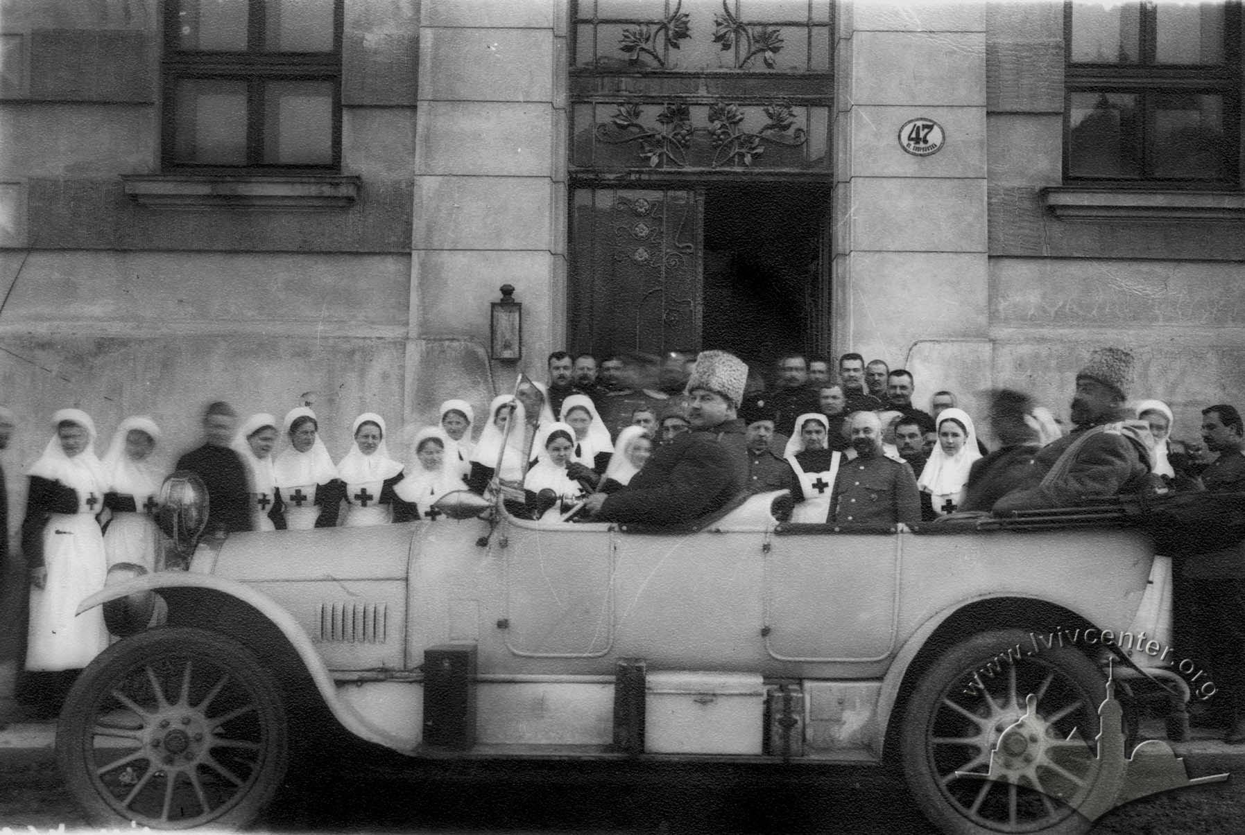 Медичні працівники та головнокомандувач російськими військами на вул. Снопківській, 1914-1915 рр.