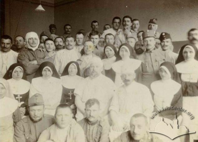 Група вояків та сестри Маріїної Родини у шпиталі Червоного Хреста,1915 р.