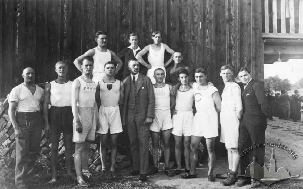 """Учасники легкоатлетичних змагань """"Погоні"""", 1917 р."""